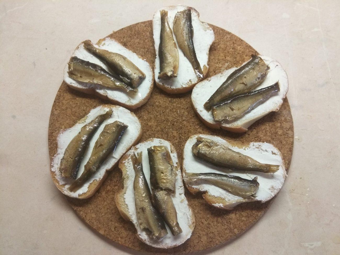 Быстрые бутерброды с сыром фета и шпротами