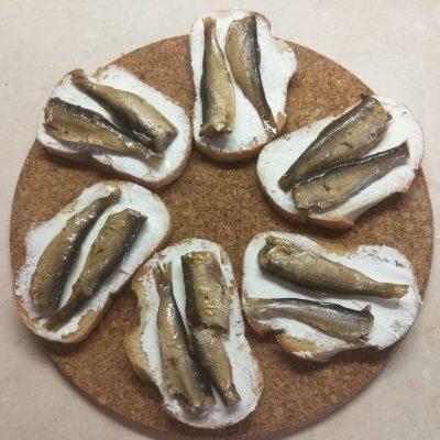Быстрые бутерброды с сыром фета и шпротами - рецепт с фото