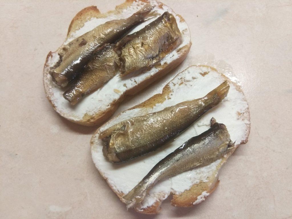 Фото рецепта - Быстрые бутерброды с сыром фета и шпротами - шаг 3
