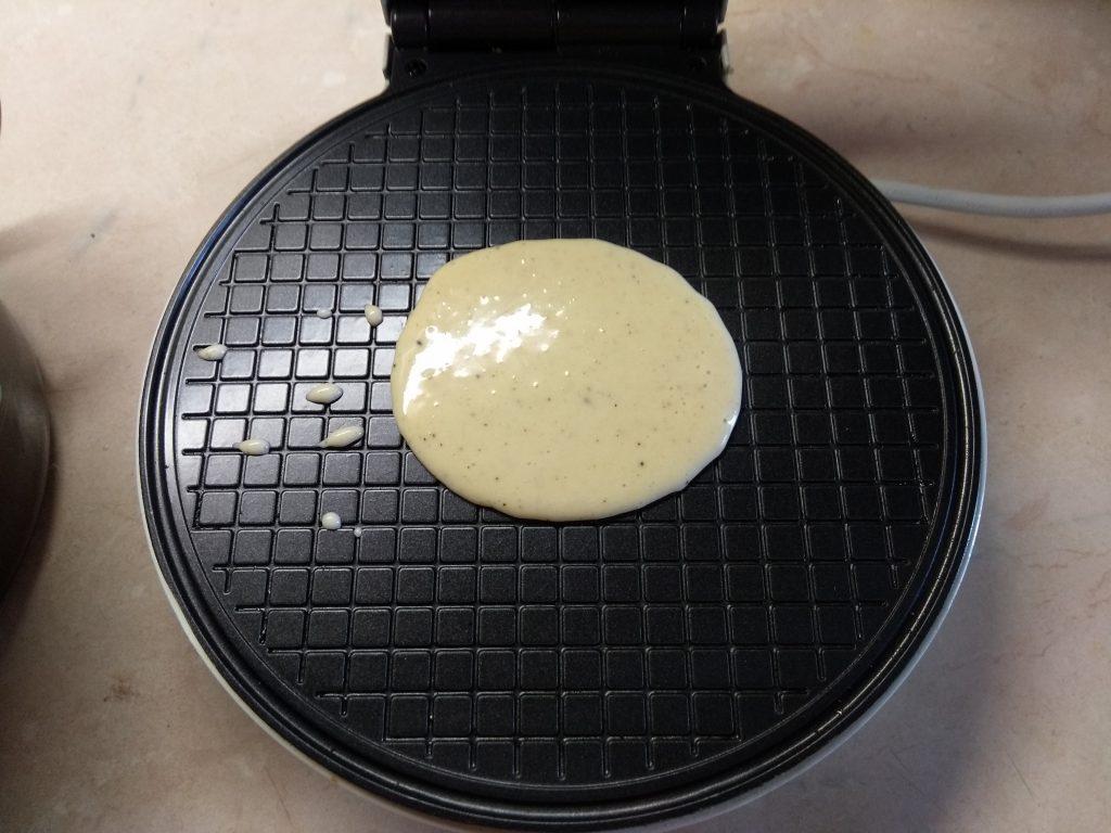 Фото рецепта - Вафельные рожки с шоколадным заварным кремом - шаг 3