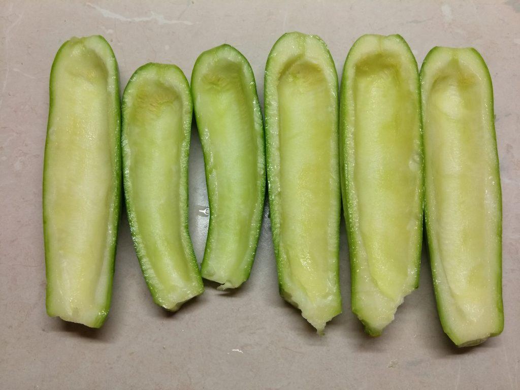 Фото рецепта - Запеченные кабачки, фаршированные помидорами и сыром - шаг 1