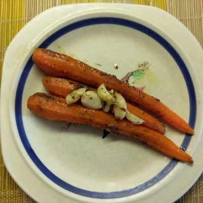 Молодая морковь, запеченная с розмарином и чесноком - рецепт с фото