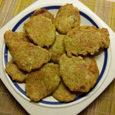 Кабачковые оладьи с овсяными отрубями - рецепт с фото