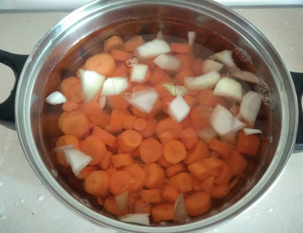 Фото рецепта - Детский морковный крем-суп с шалфеем - шаг 2