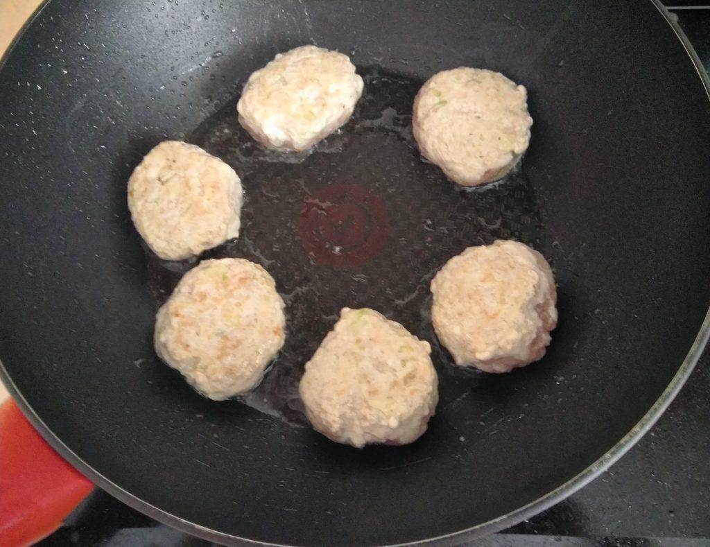 Фото рецепта - Тушеные котлеты из курино-свиного фарша - шаг 3