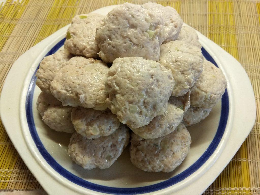 Фото рецепта - Тушеные котлеты из курино-свиного фарша - шаг 4
