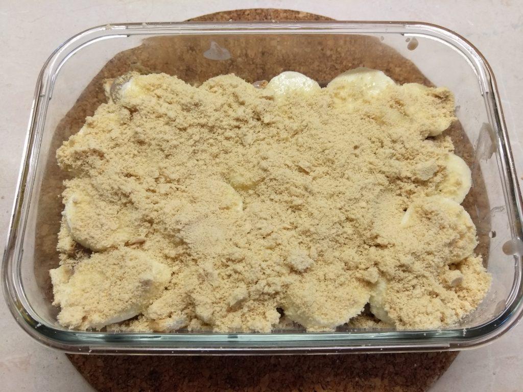 Фото рецепта - Десерт с печеньем, бананом и шоколадным заварным кремом - шаг 4