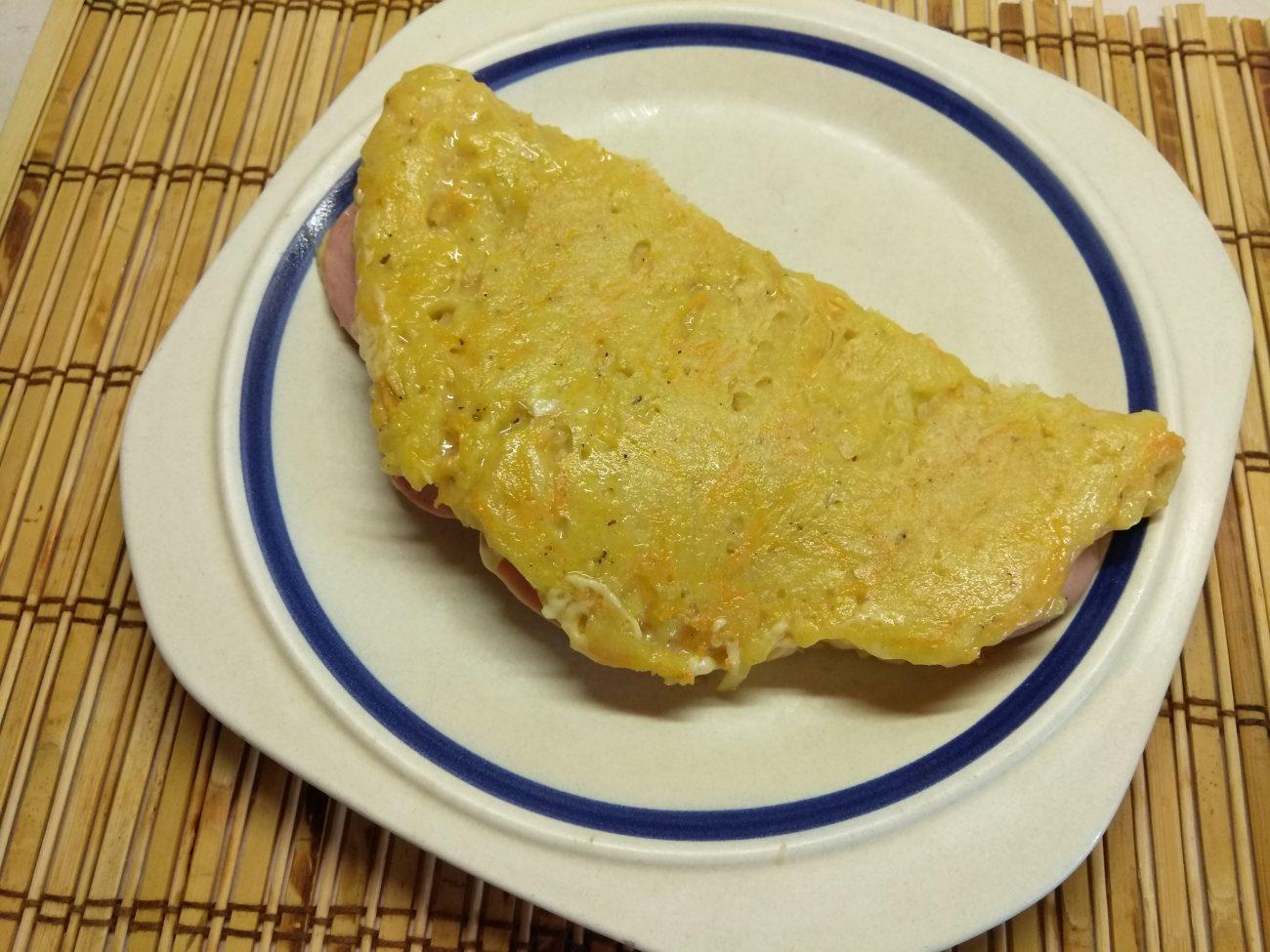 Картофельный драник, фаршированный колбасой и сыром