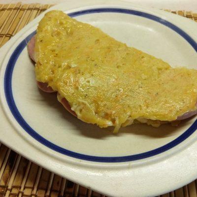 Фото рецепта - Картофельный драник, фаршированный колбасой и сыром - шаг 7