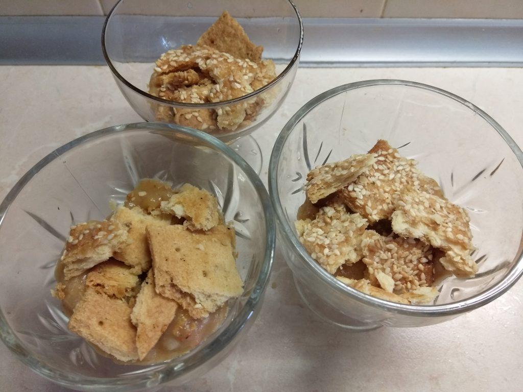 Фото рецепта - Десерт с крекером и яблочным пюре (для деток) - шаг 2