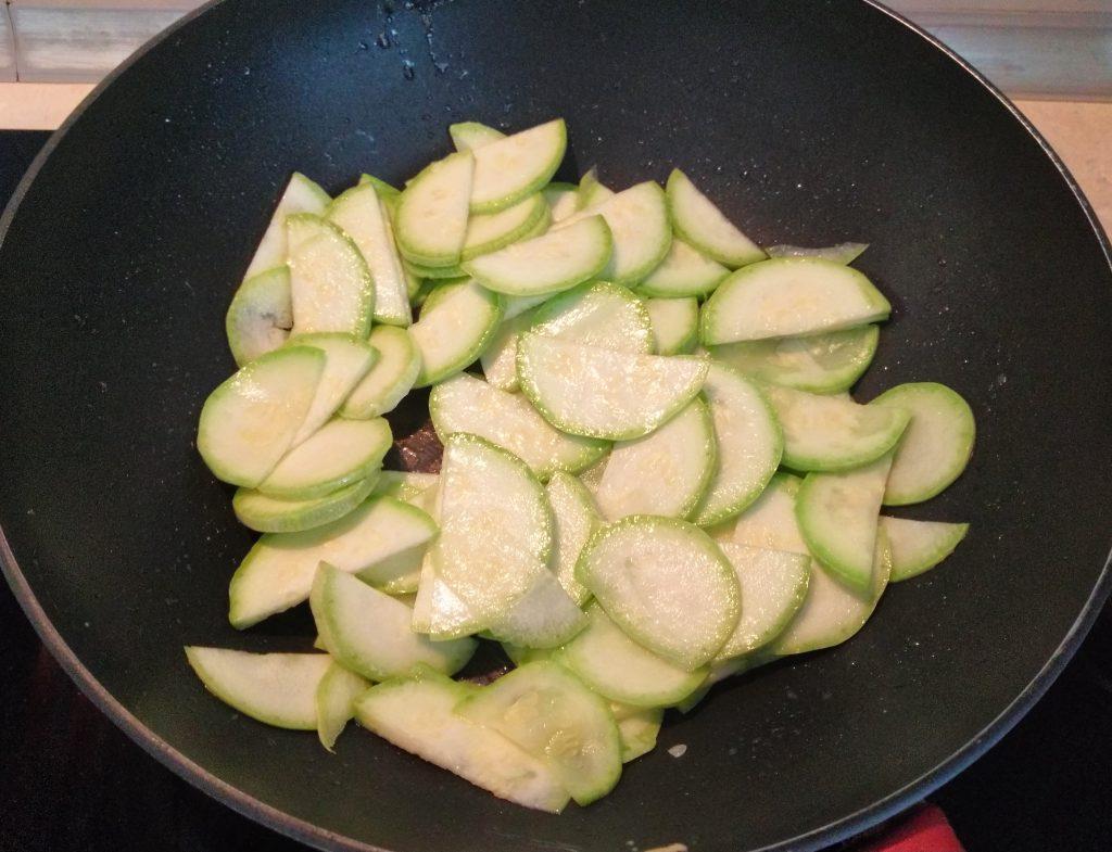 Фото рецепта - Пенне с кабачками и помидорами - шаг 3