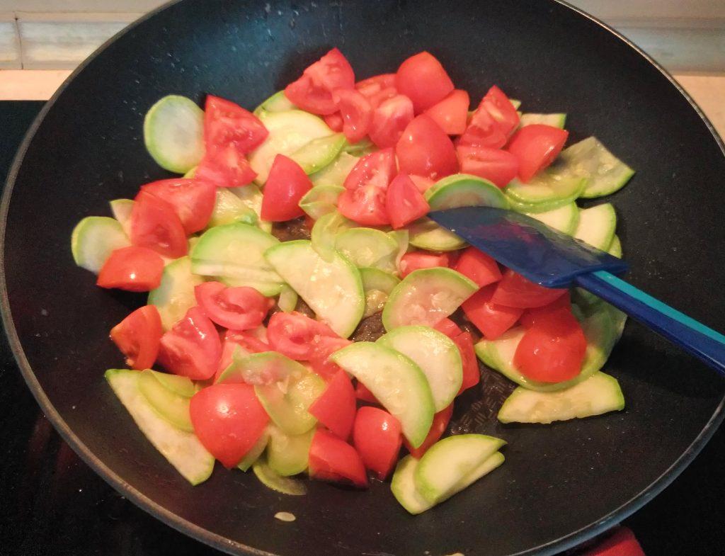 Фото рецепта - Пенне с кабачками и помидорами - шаг 5