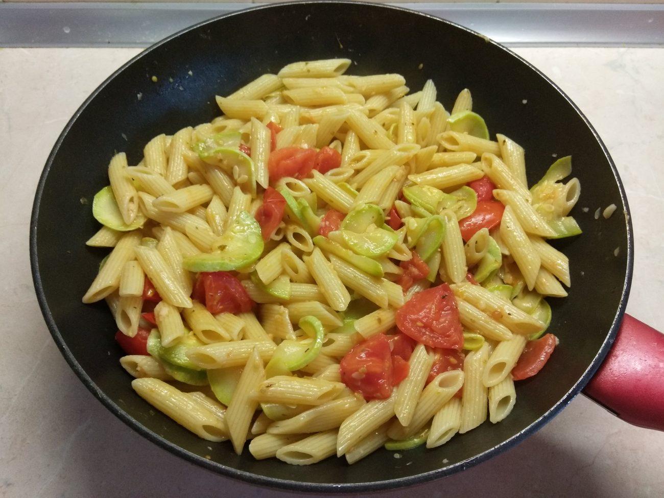 Пенне с кабачками и помидорами