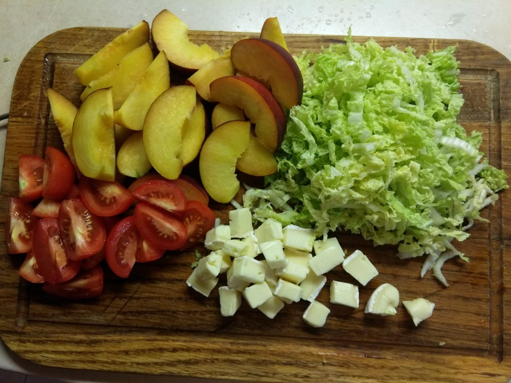 Фото рецепта - Капустный салат с персиками, помидорами и бри - шаг 1