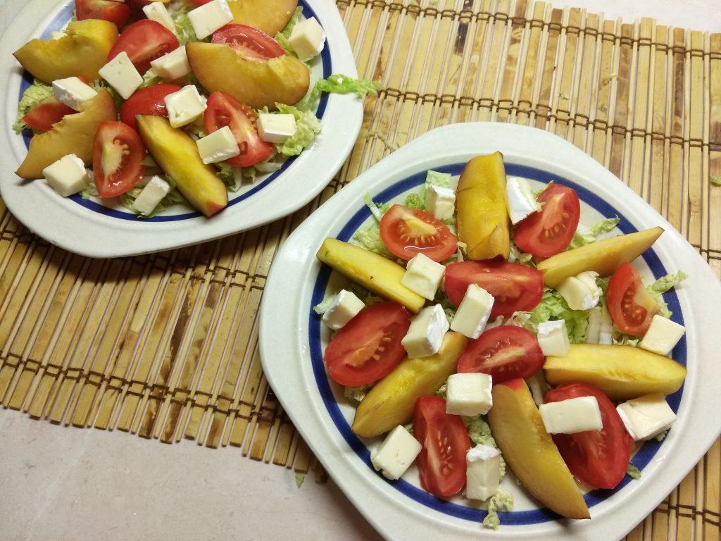 Фото рецепта - Капустный салат с персиками, помидорами и бри - шаг 2