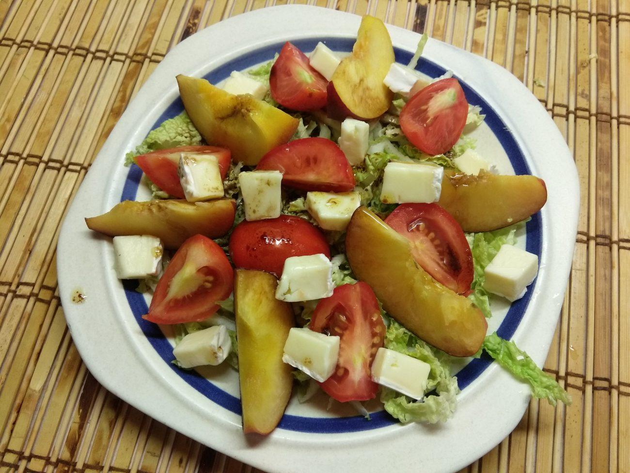 Капустный салат с персиками, помидорами и бри