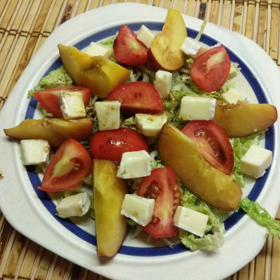Капустный салат с персиками, помидорами и бри - рецепт с фото