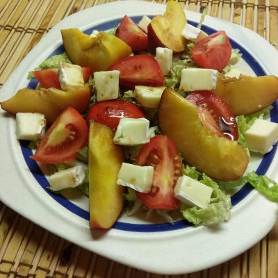 Фото рецепта - Капустный салат с персиками, помидорами и бри - шаг 4