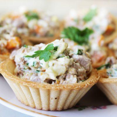 Яично-сырный салат из печени трески в тарталетках - рецепт с фото