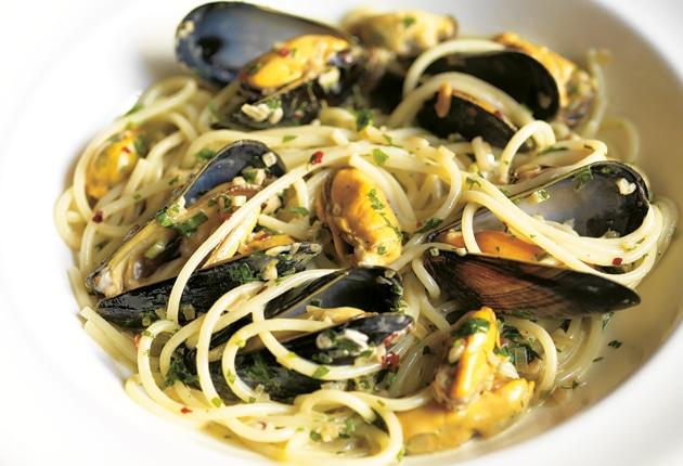 Спагетти с мидиями и оливковым дрессингом