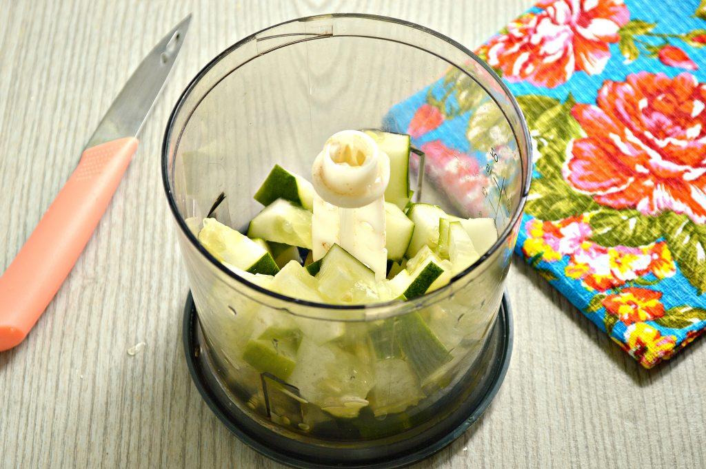 Фото рецепта - Смузи из огурцов с яблоком - шаг 1