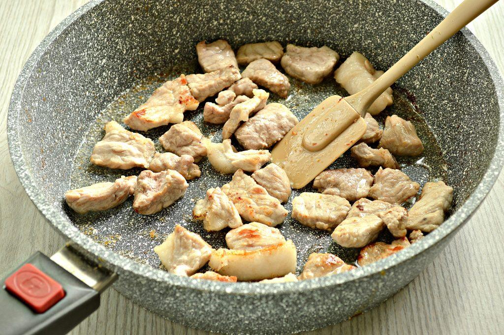 Фото рецепта - Свинина с шампиньонами в майонезе - шаг 2