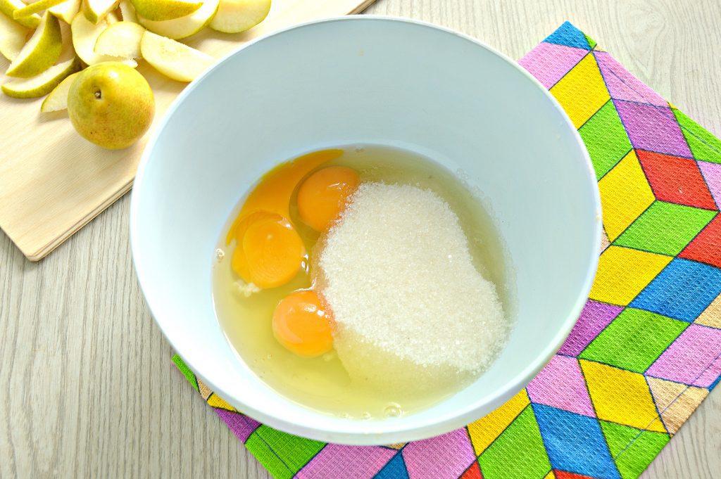 Фото рецепта - Вкусная шарлотка с грушами - шаг 2