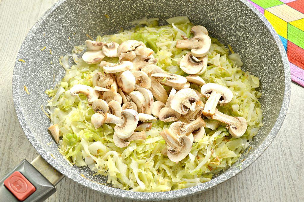Фото рецепта - Капуста, тушенная с шампиньонами и мексиканской овощной смесью - шаг 3
