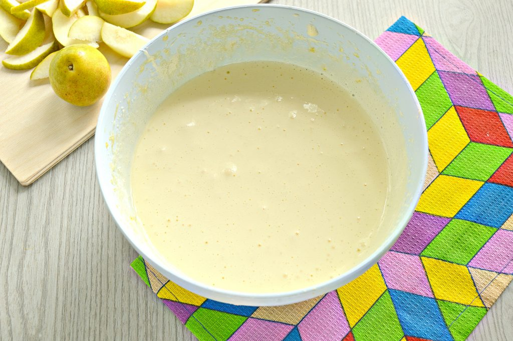 Фото рецепта - Вкусная шарлотка с грушами - шаг 3