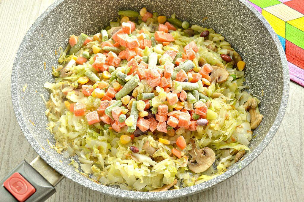 Фото рецепта - Капуста, тушенная с шампиньонами и мексиканской овощной смесью - шаг 4