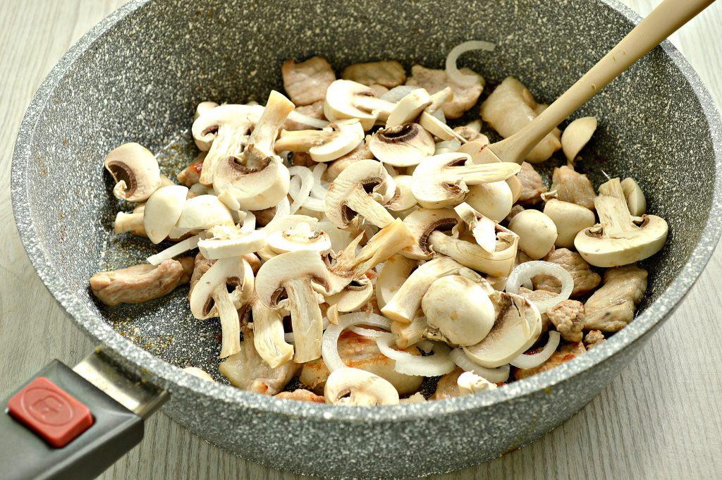 Фото рецепта - Свинина с шампиньонами в майонезе - шаг 4