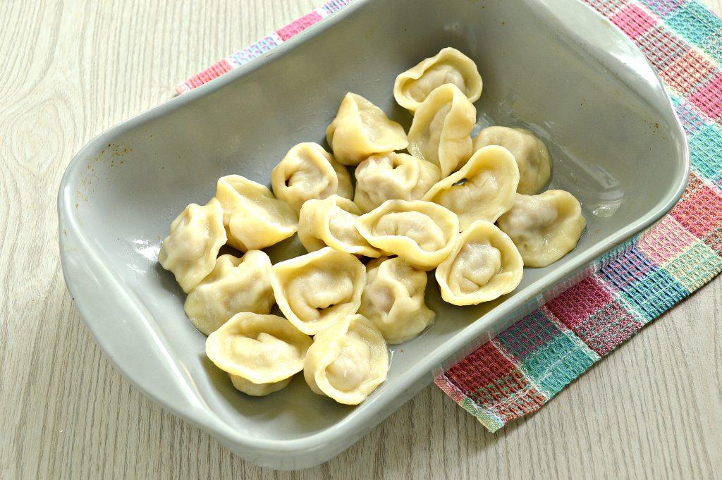 Фото рецепта - Пельмени с грибным соусом под сырной корочкой в духовке - шаг 4