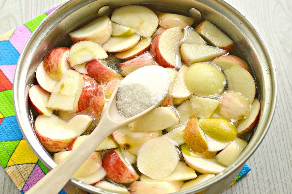 Фото рецепта - Компот из груш и яблок - шаг 4