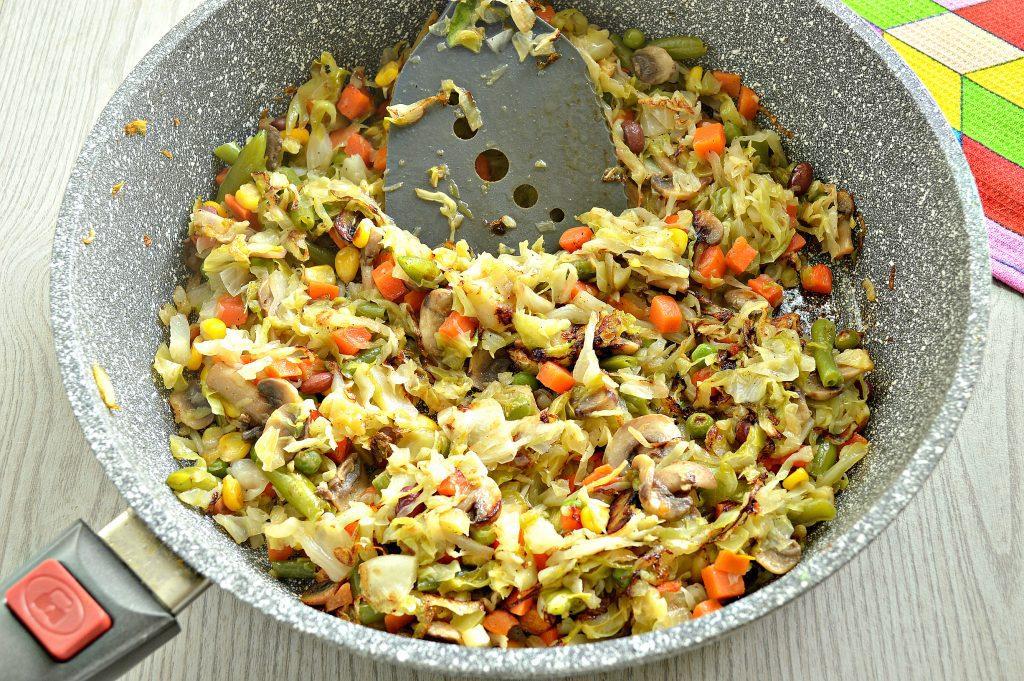 Фото рецепта - Капуста, тушенная с шампиньонами и мексиканской овощной смесью - шаг 5