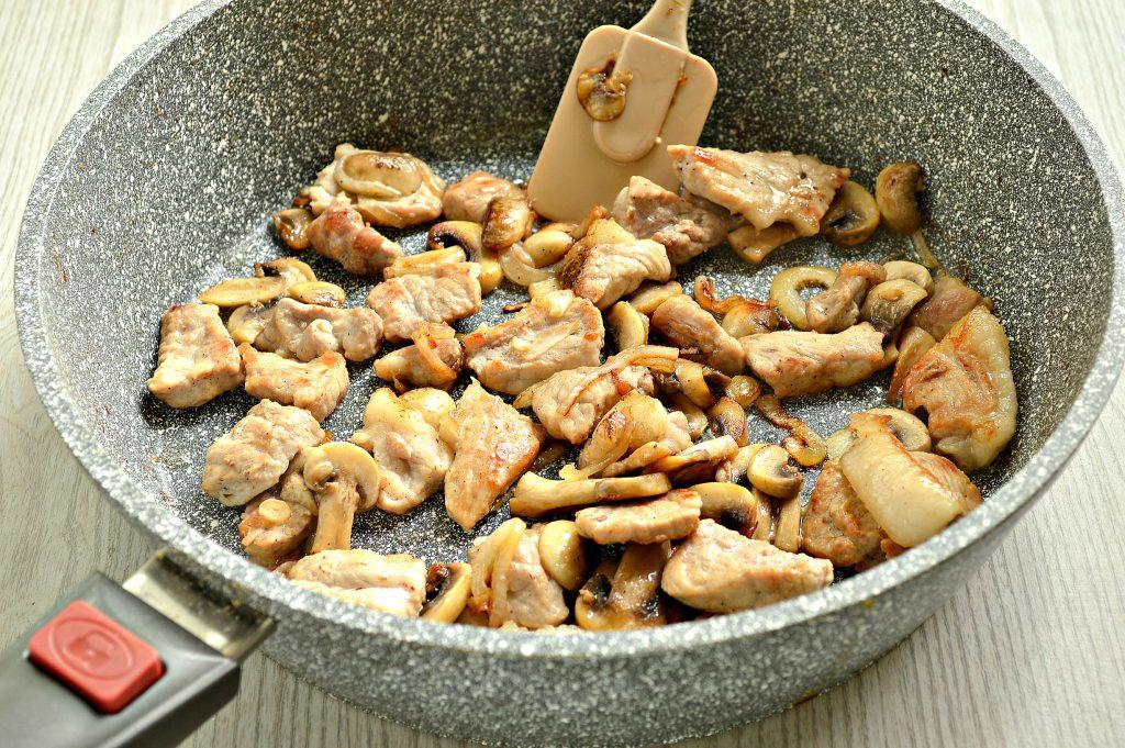 Фото рецепта - Свинина с шампиньонами в майонезе - шаг 5