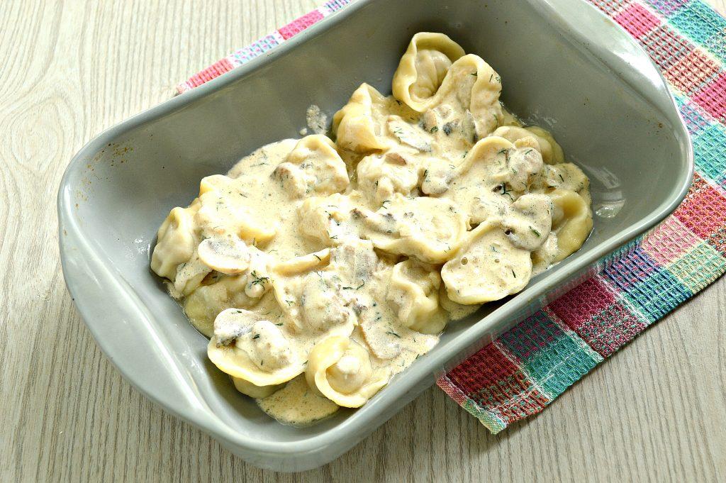 Фото рецепта - Пельмени с грибным соусом под сырной корочкой в духовке - шаг 5