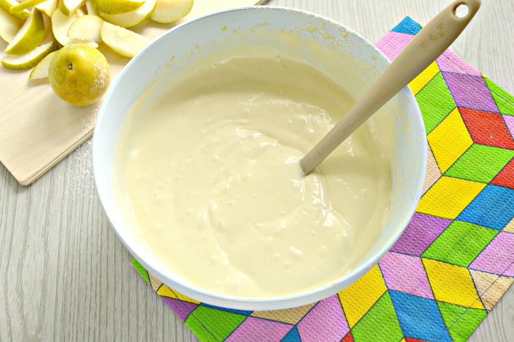 Фото рецепта - Вкусная шарлотка с грушами - шаг 5