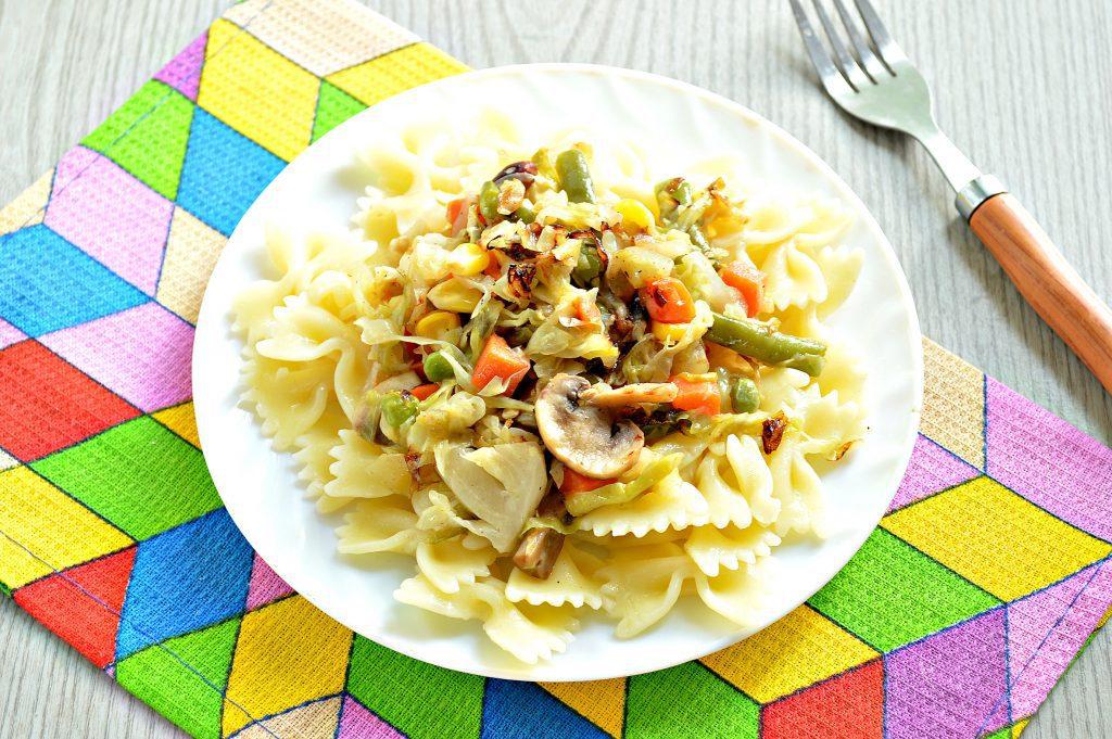 Фото рецепта - Капуста, тушенная с шампиньонами и мексиканской овощной смесью - шаг 6