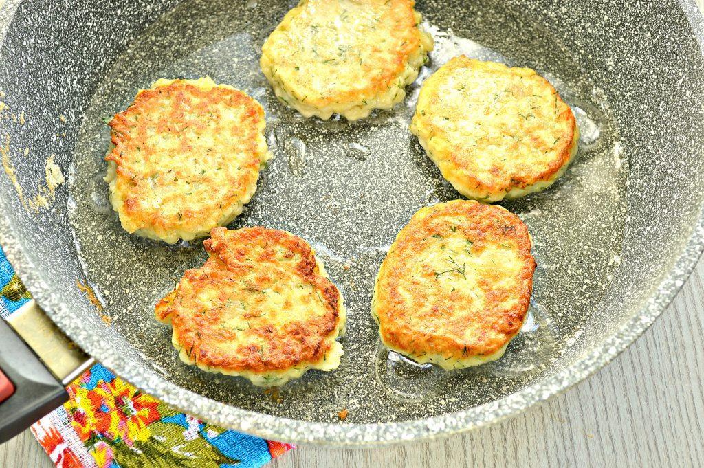 Фото рецепта - Картофельные оладьи из вареного картофеля - шаг 6