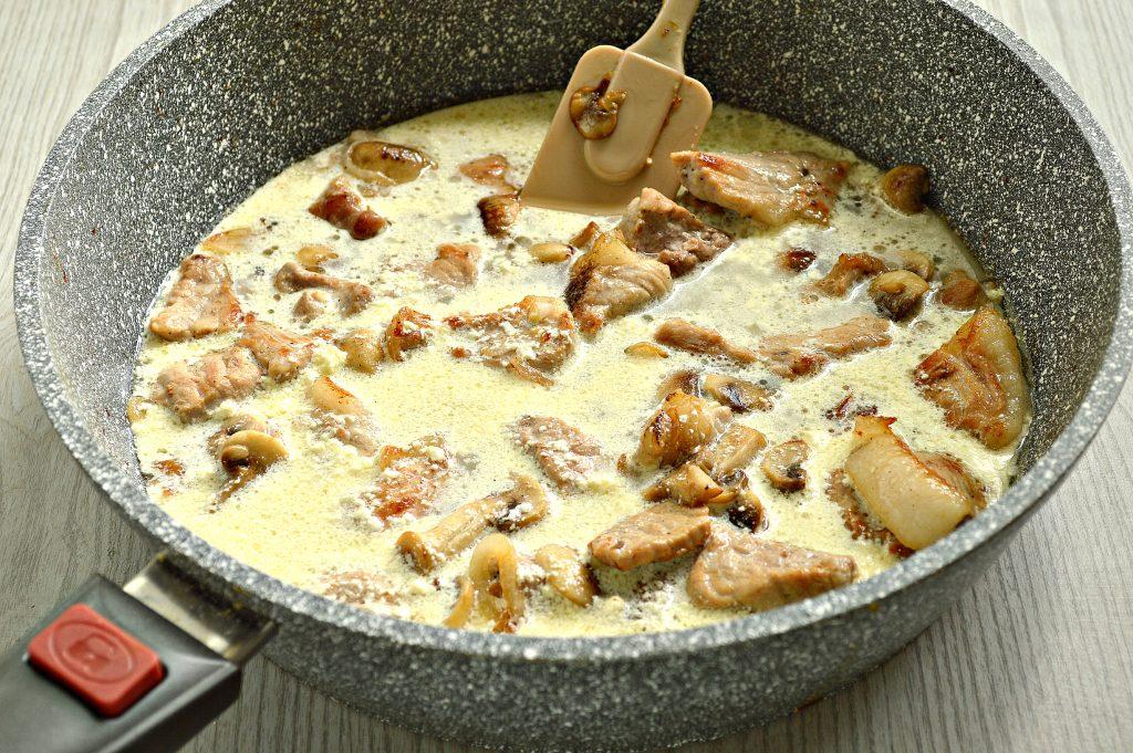 Фото рецепта - Свинина с шампиньонами в майонезе - шаг 6