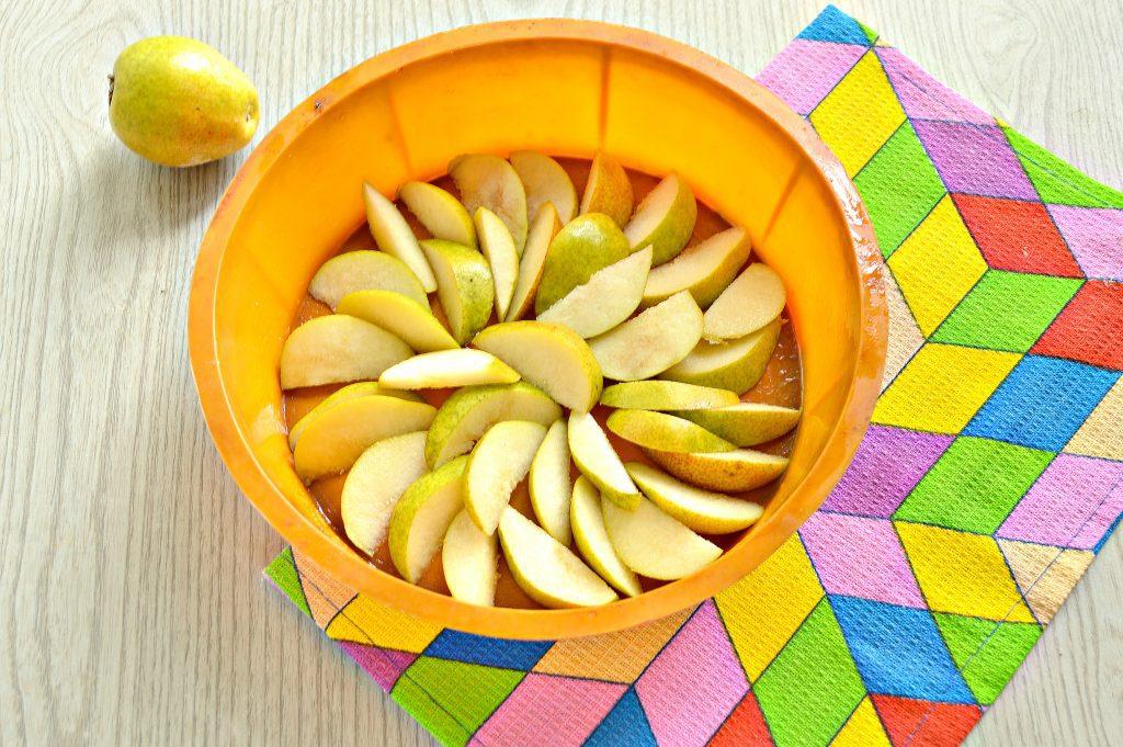 Фото рецепта - Вкусная шарлотка с грушами - шаг 6