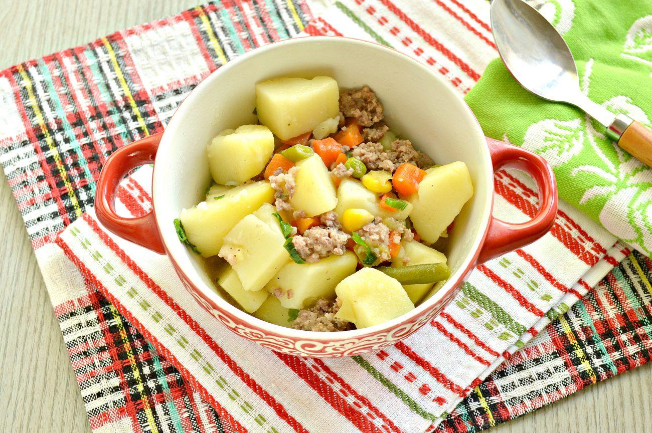 Картофель, тушенный с мексиканской овощной смесью и фаршем