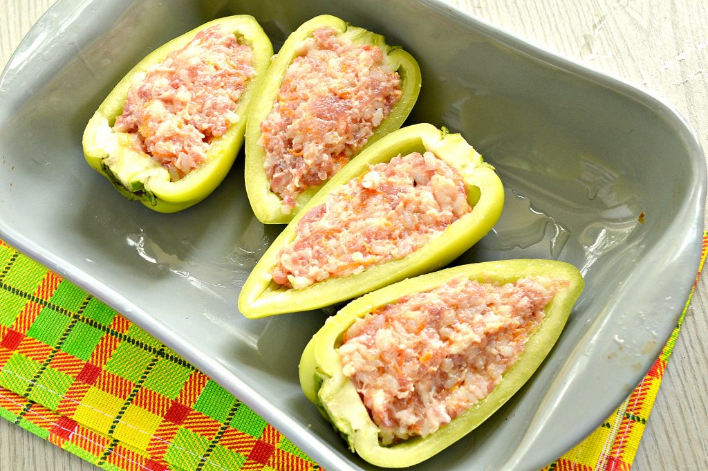 Фото рецепта - Фаршированный перец с говяжьим фаршем под сыром в духовке - шаг 7