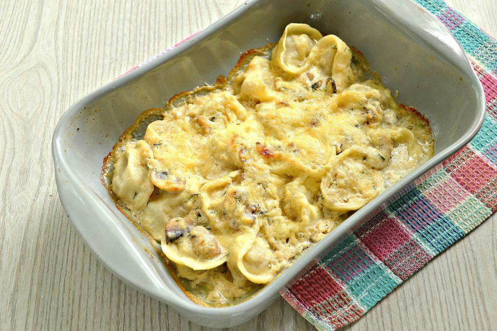 Фото рецепта - Пельмени с грибным соусом под сырной корочкой в духовке - шаг 7