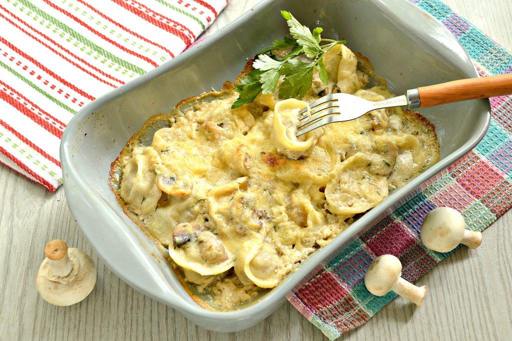 Фото рецепта - Пельмени с грибным соусом под сырной корочкой в духовке - шаг 8