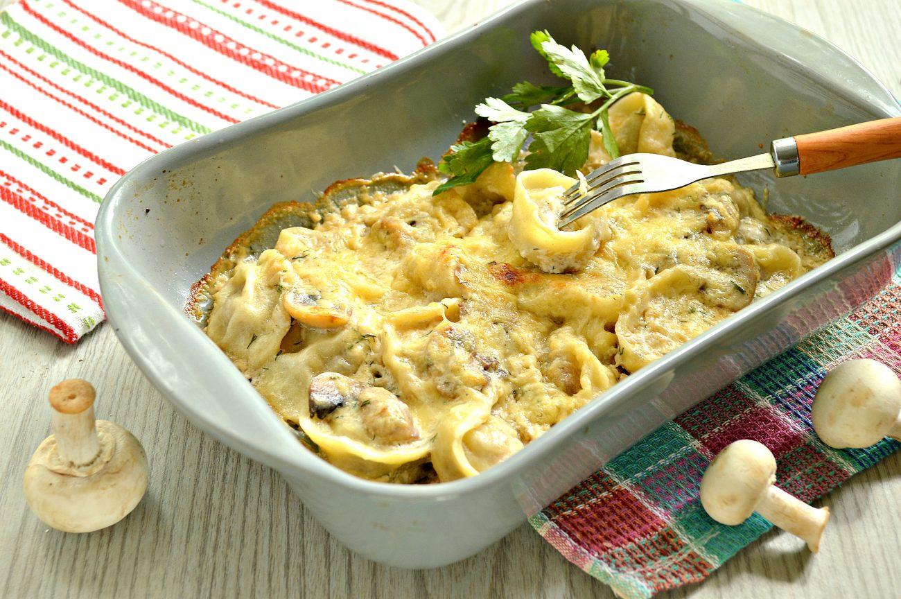 Пельмени с грибным соусом под сырной корочкой в духовке