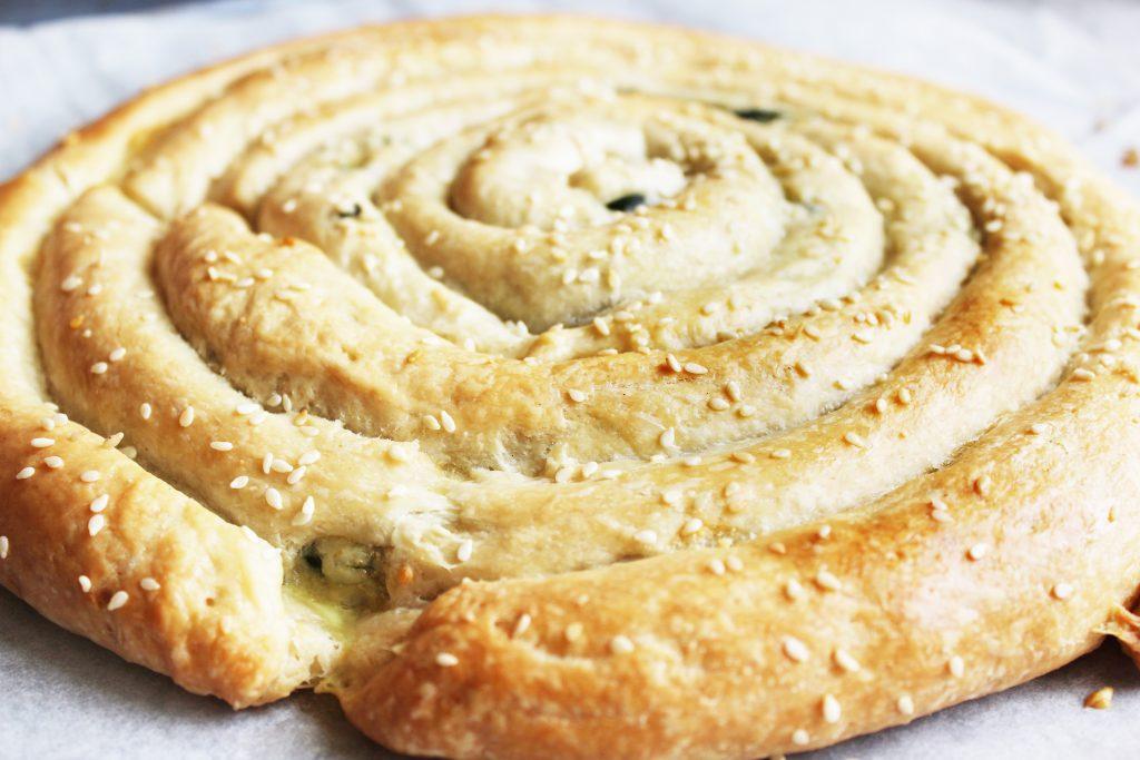 Фото рецепта - Бездрожжевой пирог «Улитка» со шпинатом и сыром - шаг 10