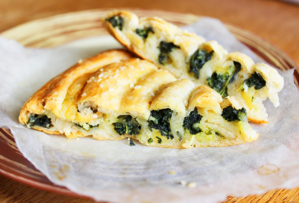 Фото рецепта - Бездрожжевой пирог «Улитка» со шпинатом и сыром - шаг 11