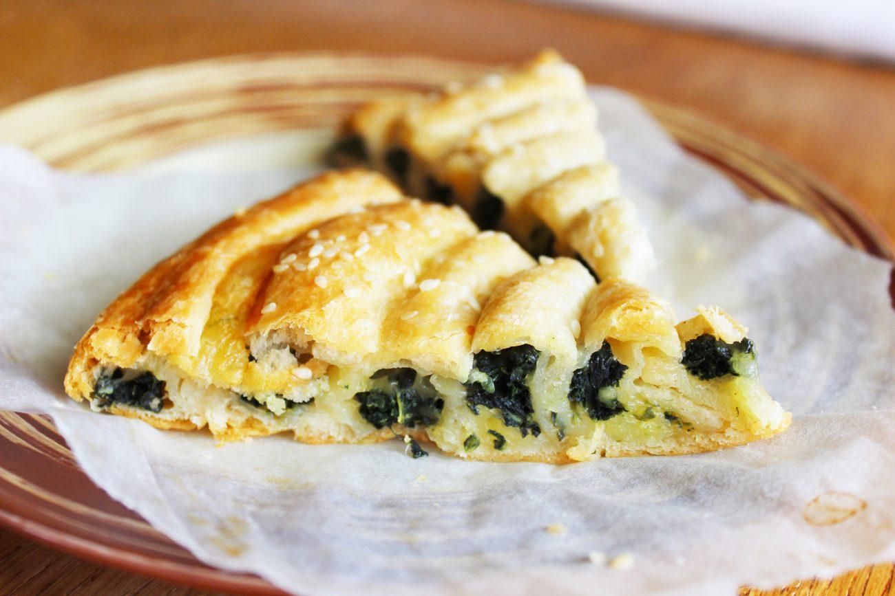 Бездрожжевой пирог «Улитка» со шпинатом и сыром