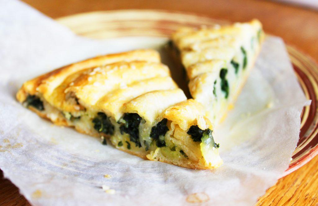 Фото рецепта - Бездрожжевой пирог «Улитка» со шпинатом и сыром - шаг 12